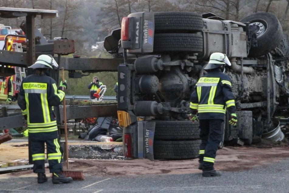 Unfall A66: Holz-Lkw durchbricht Mittelleitplanke auf der A66: Fahrer eingeklemmt und schwer verletzt