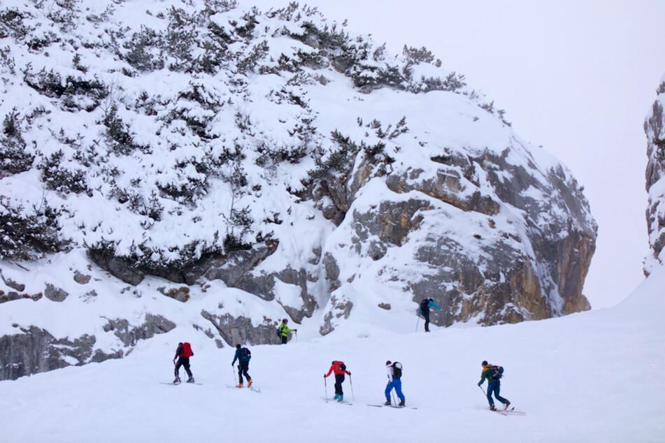 Tourenskifahrer gehen eine Tour im Gebiet bei Garmisch-Partenkirchen.