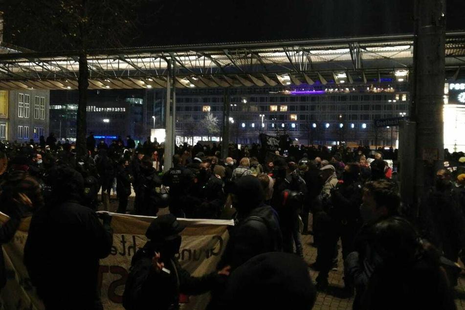 Die Demonstranten stehen sich am Augustusplatz gegenüber.