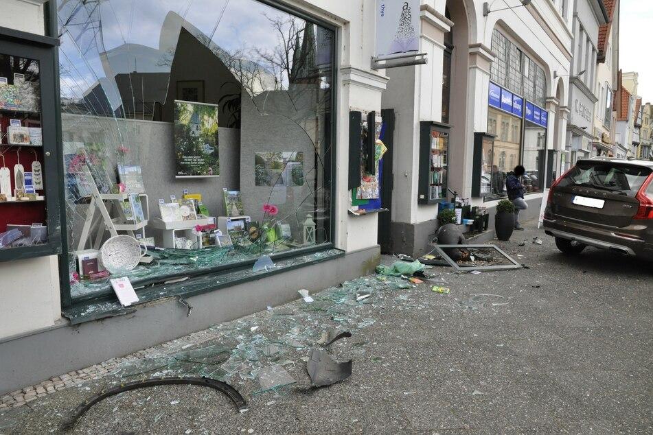 Die Fensterfront der Oldenburger Buchhandlung wurde komplett zerstört.