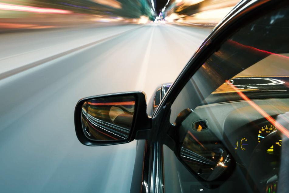 Die drei Fahrer beschleunigten ihre Autos mitten in der Stadt auf Vollgas, wie die Polizei berichtete. (Symbolbild)