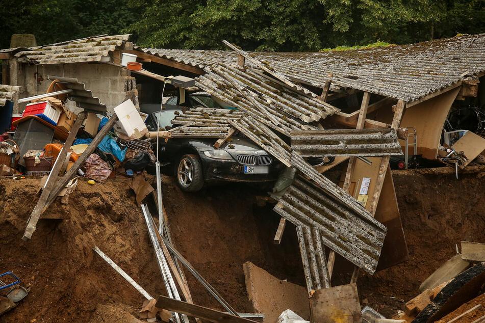Trümmer eingestürzter Häuser liegen im Ortsteil Blessem in Erftstadt.