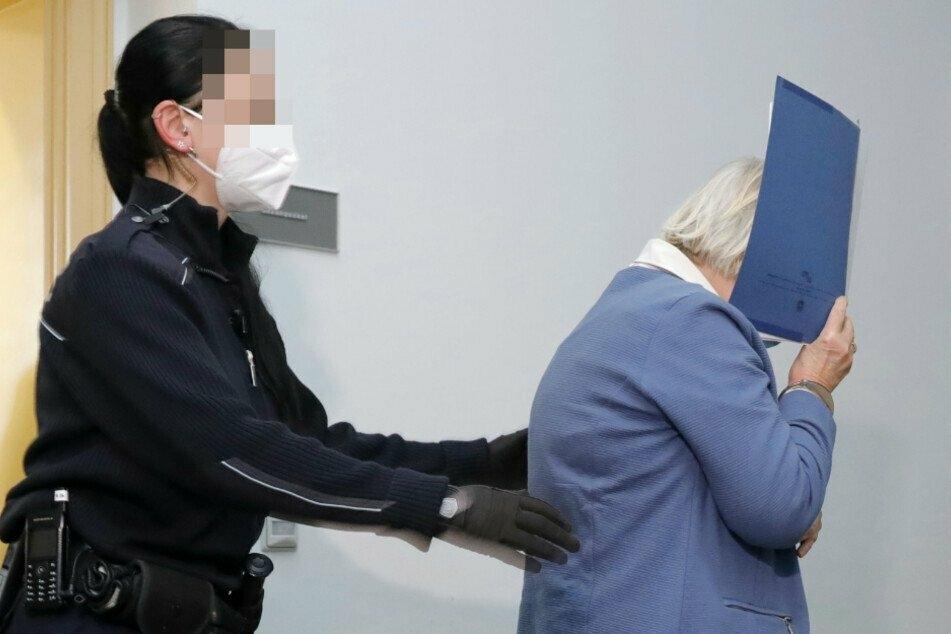 Annelie K. (67) steht wegen heimtückischen Mordes vor Gericht. Sie soll 2003 ihren Mann vergiftet haben.