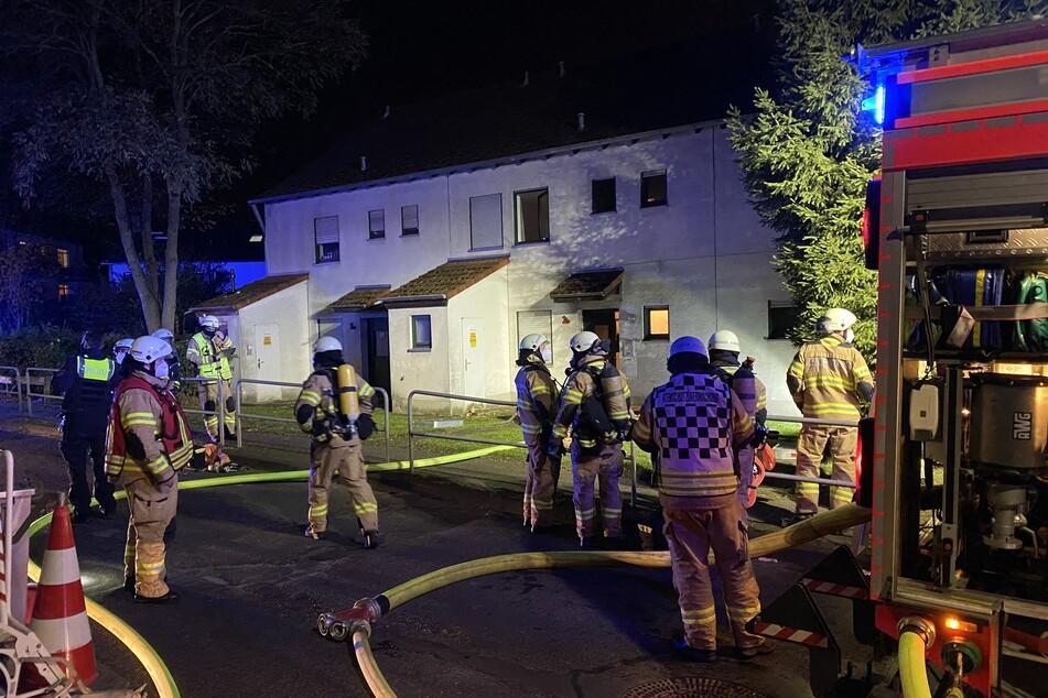Die Feuerwehr rettete in Bergisch Gladbach-Herkenrath einen Bewohner und eine Katze aus den Flammen.