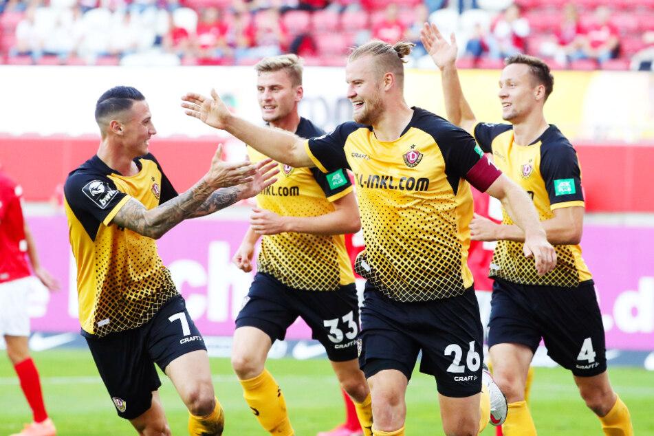 Dynamo-Kapitän Sebastian Mai (2.v.r.) erzielte in seinem zweiten Pflichtspiel der Saison schon sein zweites Tor für die SGD - und das als Innenverteidiger!