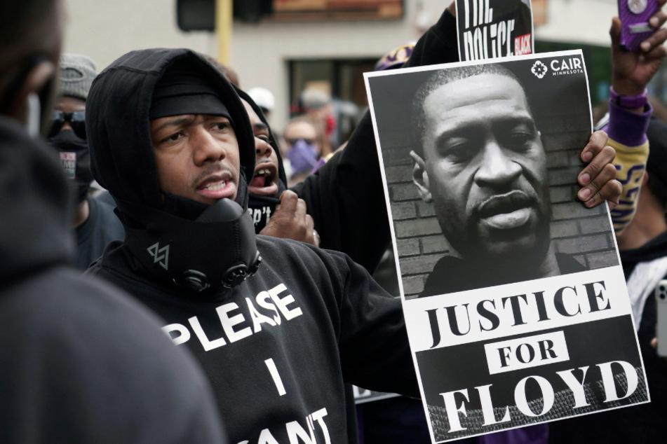 Nick Cannon, Comedian in den USA, hält bei Demonstrationen ein Bild von George Floyd in der Hand und fordert Gerechtigkeit nach dem Tod des Afroamerikaners.