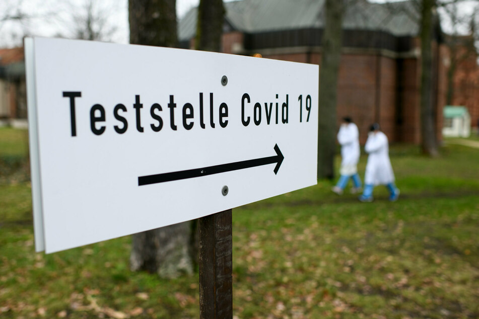 Ein Schild weist auf die Coronavirus-Teststelle für symptomfreie Mitglieder definierter Personengruppen im Evangelischen Krankenhaus Königin Elisabeth Herzberge (KEH) in Berlin-Lichtenberg hin.