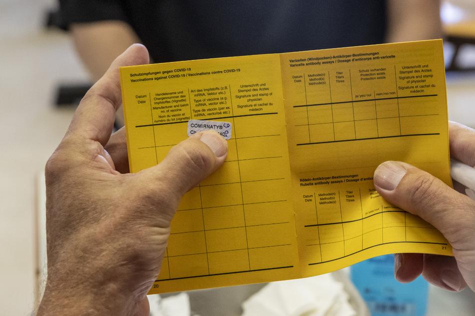 Dürfen Arbeitgeber in bestimmten Berufen bald in den Impfausweis gucken?