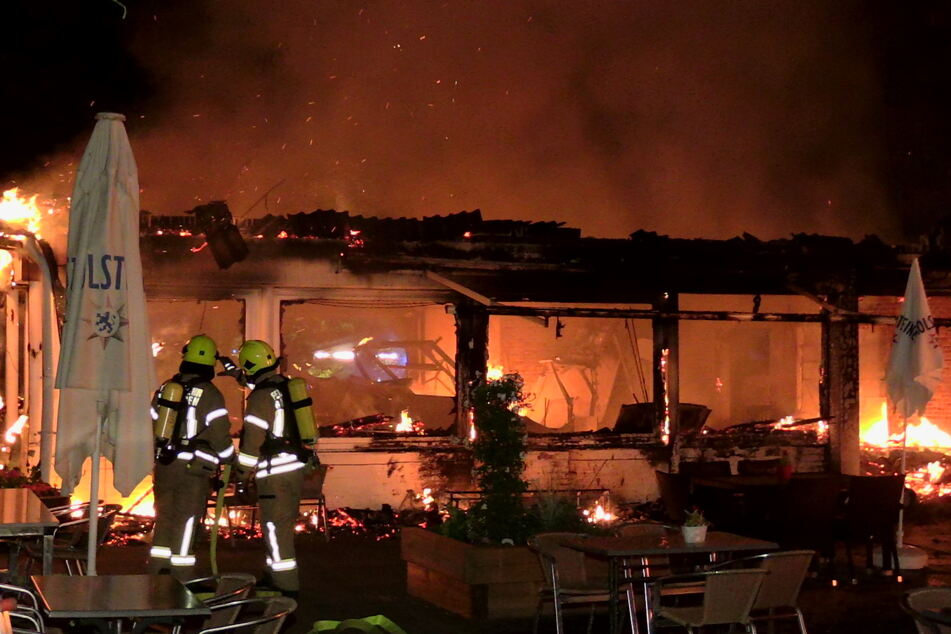 Die Feuerwehr versuchte zu verhindern, dass die Flammen auf benachbarte Gebäude übergreifen.