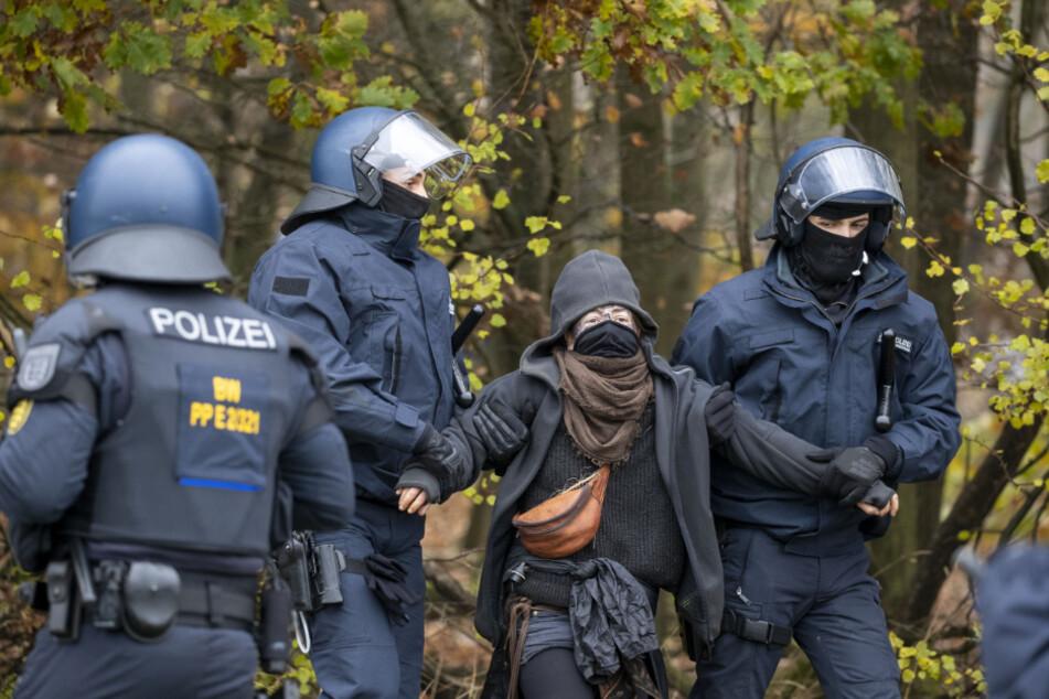 Pyrotechnik und Rauchbomben! Mehrere Festnahmen im Dannenröder Forst