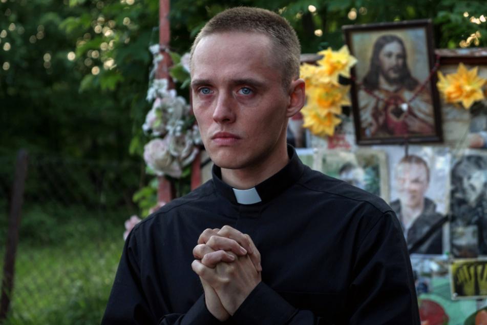 Daniel (Bartosz Bielenia) gibt sich als Priester aus und wird von den Dorfleuten akzeptiert, weil er anders und volksnäher an die Sachen herangeht.