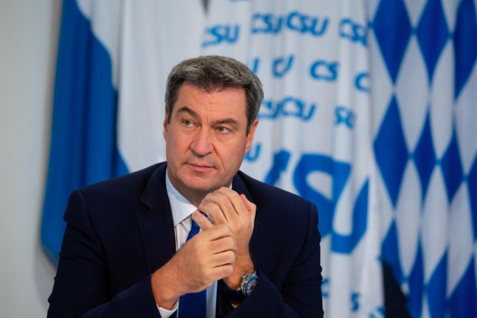 Markus Söder (53, CSU), Parteivorsitzender und Ministerpräsident von Bayern, sitzt beim virtuellen Parteitag vor seiner Rede in seinem Büro in der CSU-Landesleitung.
