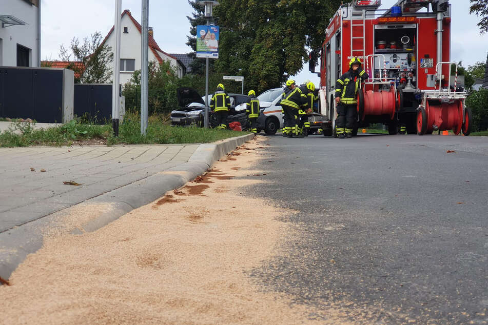 Kameraden der Feuerwehr waren ebenfalls zum Ort des Geschehens geeilt, um ausgetretene Betriebsstoffe zu sammeln und von der Straße zu entfernen.