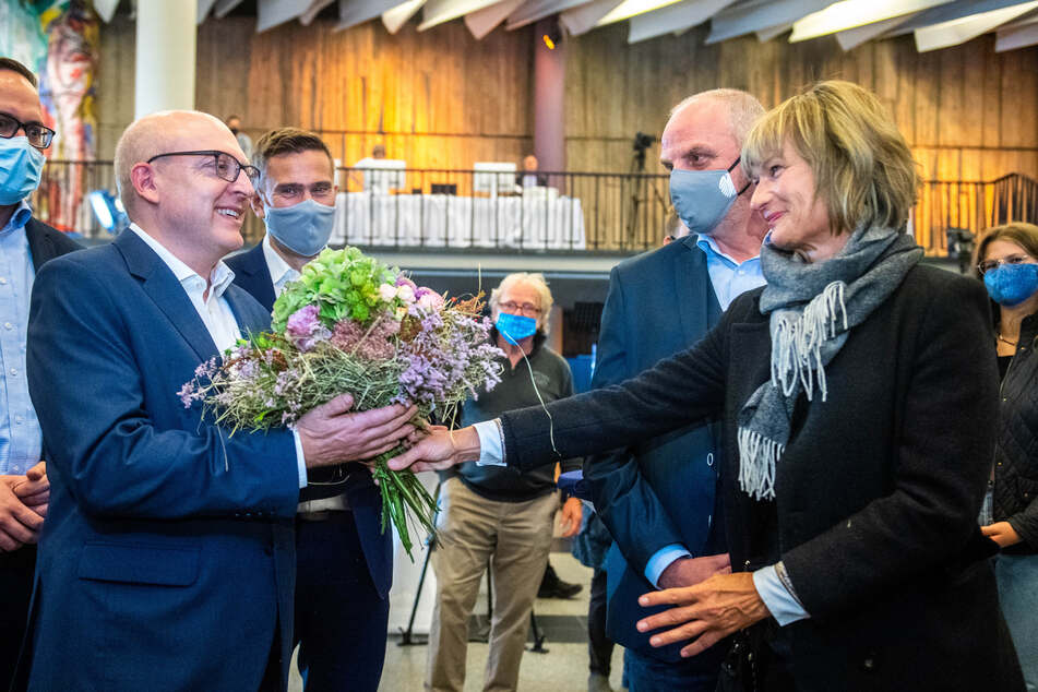 Die scheidende Oberbürgermeisterin Barbara Ludwig (58, SPD) gratuliert Sven Schulze (48, SPD) mit einem Blumenstrauß.