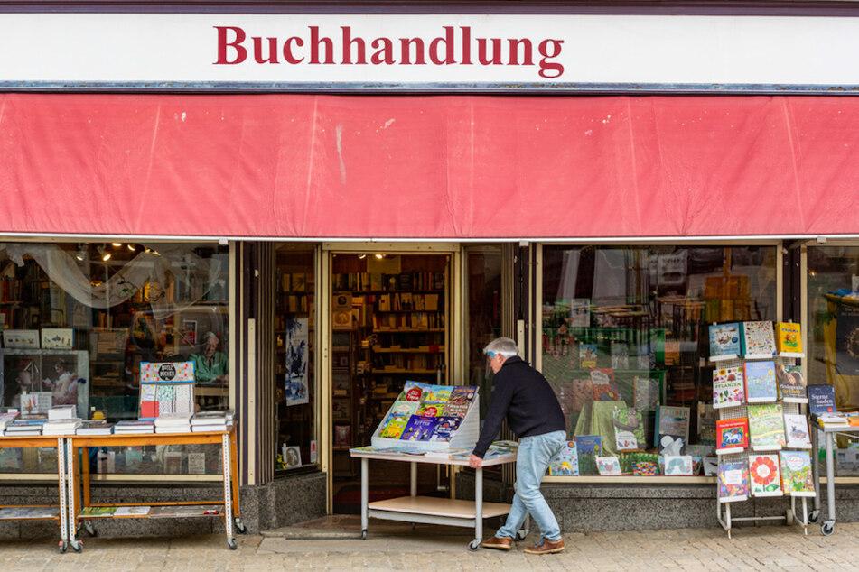 Heinrich Altenbuchner öffnet seine Buchhandlung in Regensburg.