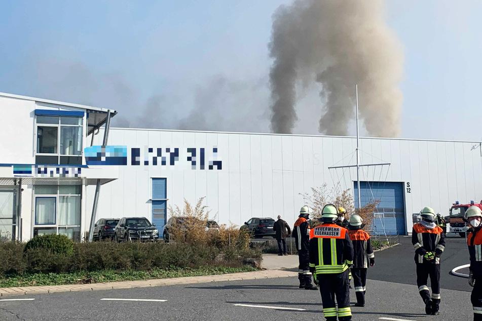 Dichte Rauchwolken stiegen über einer Fertigungshalle in Giebelstadt bei Würzburg auf.