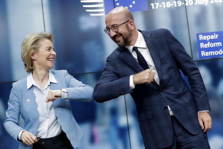 Die Präsidentin der Europäischen Kommission Ursula von der Leyen (61, l.), und der Präsident des Europäischen Rates Charles Michel geben sich nach dem EU-Gipfel nicht die Hand, sondern den Ellbogen.