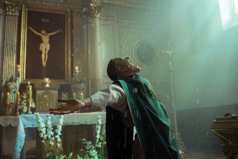 Daniel (Bartosz Bielenia) geht in seiner Rolle als Priester voll auf.