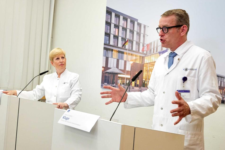 Ania Muntau und Stefan Kluge vom Universitätsklinikum Eppendorf (UKE) sprechen auf einer Pressekonferenz.