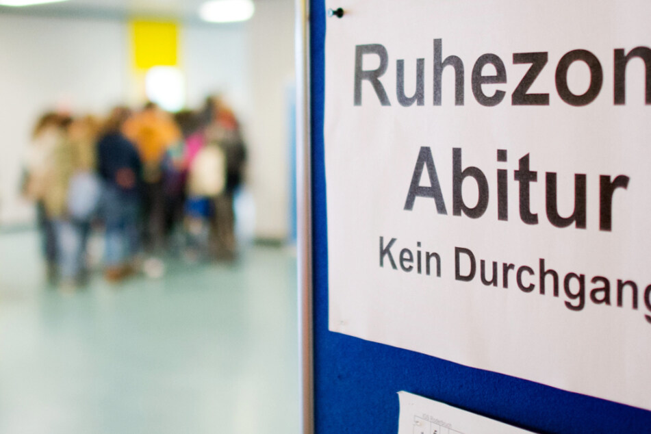 """Ein Schild """"Ruhezone Abitur"""" hängt während der Abiturprüfung in einer Gesamtschule."""