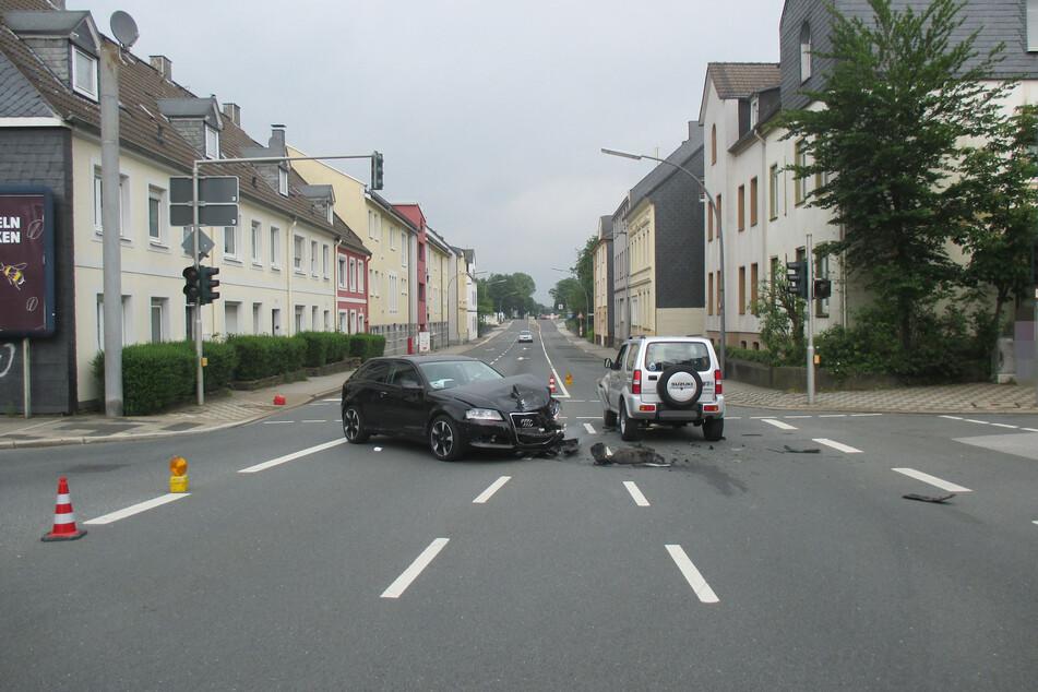 Im Kreuzungsbereich stießen die beiden Autos frontal zusammen.