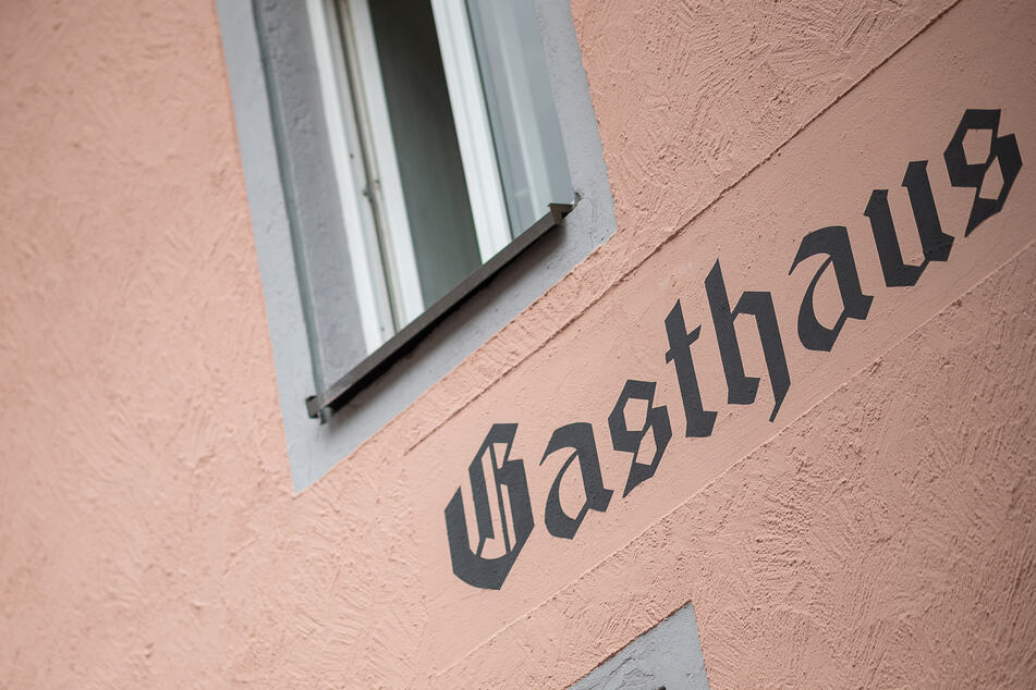 """""""Gasthaus"""" steht an der Fassade eines Lokals."""