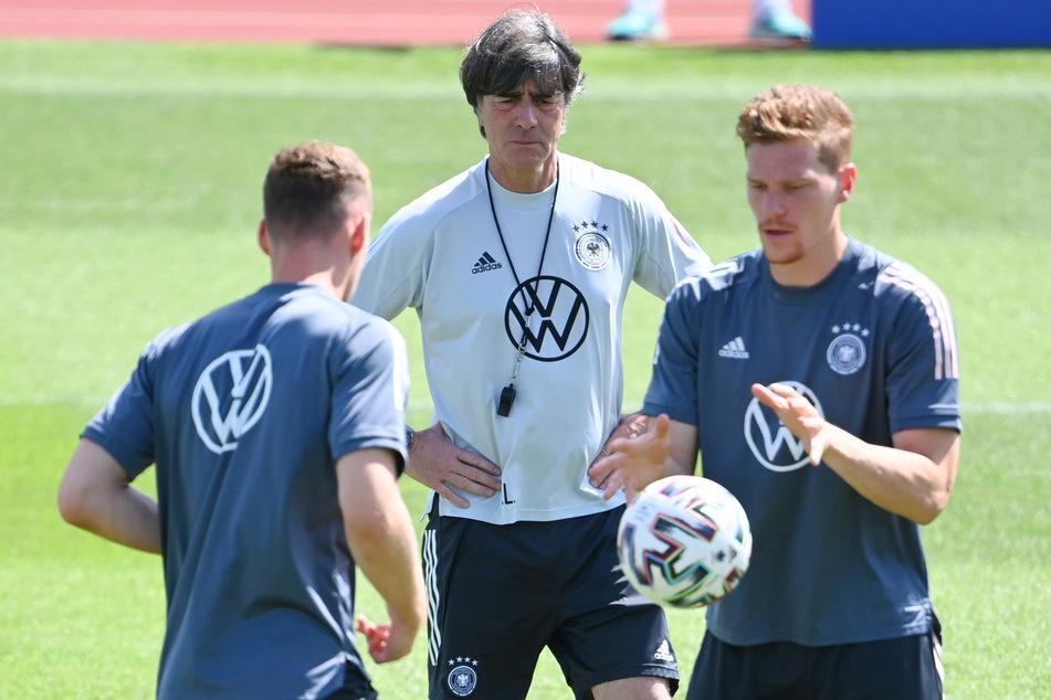 """Linksverteidiger Marcel Halstenberg (29, r., hier neben Bundestrainer Joachim Löw, 61, M., und Joshua Kimmich, 26) will Gulácsi (31) gern """"ein, zwei Tore einschenken""""."""