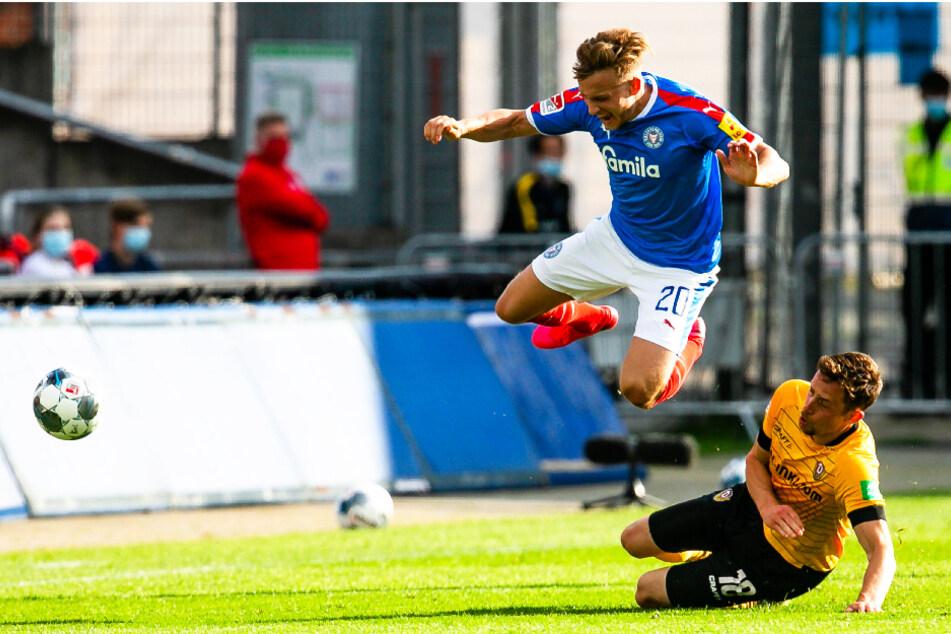 Jannik Müller (r.) foulte Jannik Dehm - und flog dafür runter.