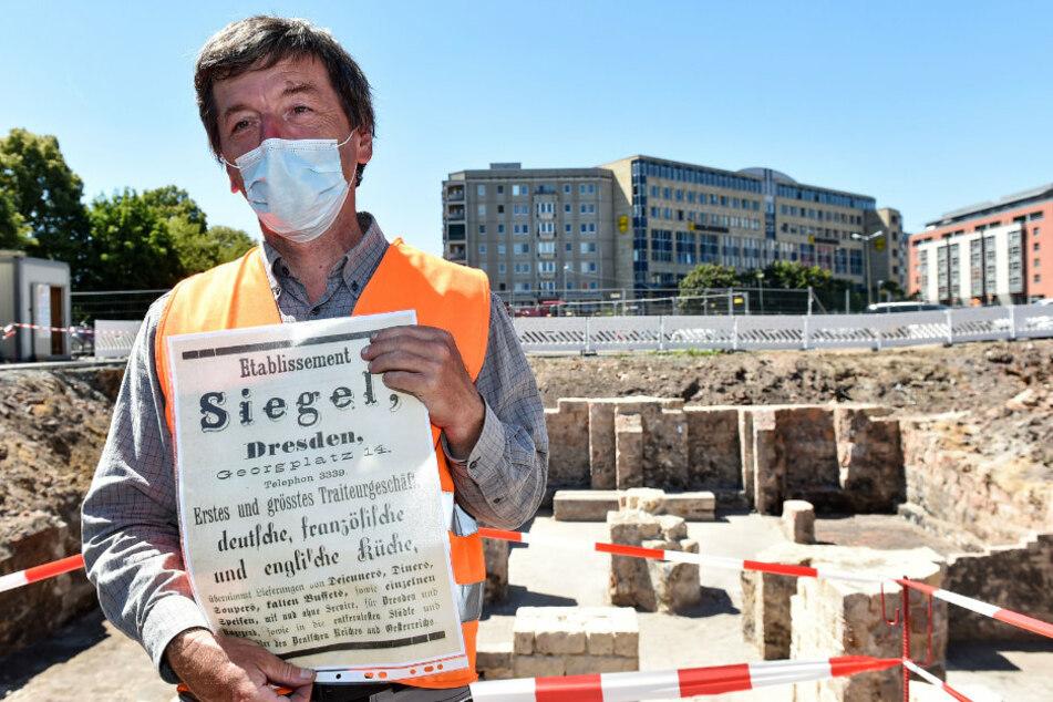 Grabungsleiter Lutz Jansen (54) zeigt die Anzeige einer ehemaligen Gaststätte an dieser Stelle.