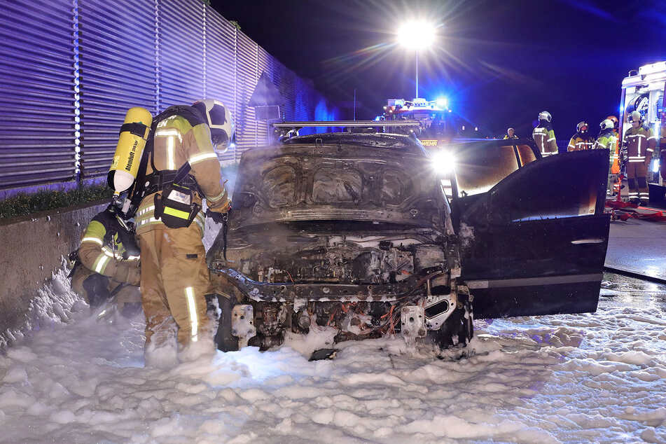Mit Schaum und Wasser löschten die Kameraden der Feuerwehr das brennende Auto.