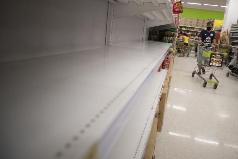 Supermarkt mit Coronavirus verseucht? Männer rufen Polizei auf den Plan