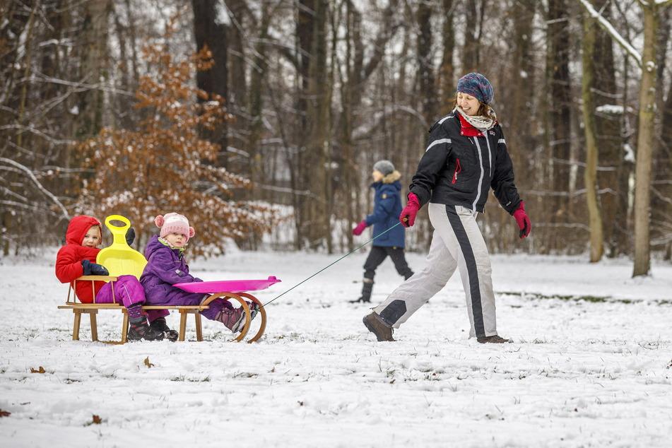 Das macht Spaß: Elisa Sommer (36) zieht Kalina (3) und Tialda (5) auf dem Schlitten durch den Großen Garten.
