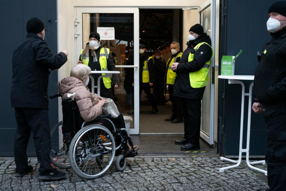 Eine Frau im Rollstuhl steht vor dem Impfzentrum in der Treptow Arena für die Impfung gegen das Corona-Virus an.