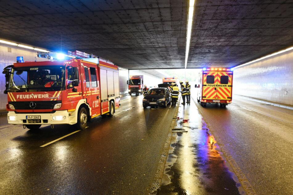Einsatzkräfte arbeiten an der Unfallstelle auf dem Mittleren Ring in München.