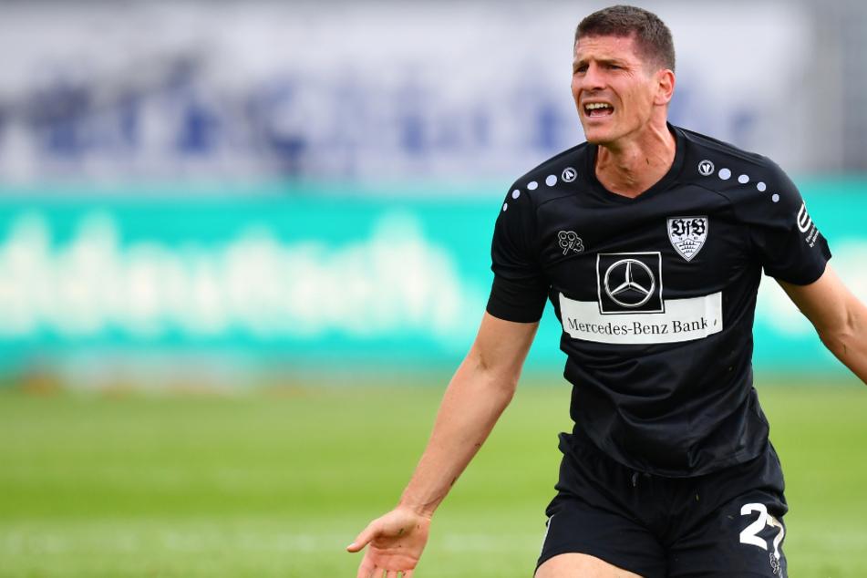 VfB-Stürmer Mario Gomez beschwert sich.