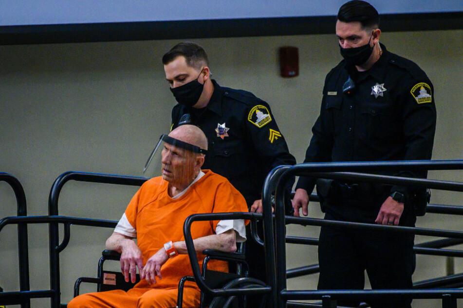 """Joseph James DeAngelo, bekannt als der """"Golden State Killer"""", wird mit einem Gesichtsvisier in einen behelfsmäßigen Gerichtssaal im Bundesstaat Sacramento geschoben."""