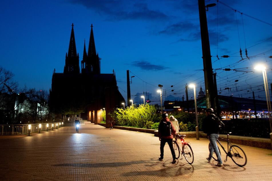 Wetter: Dunkle Wolken über Köln, aber bald kommt die Sonne