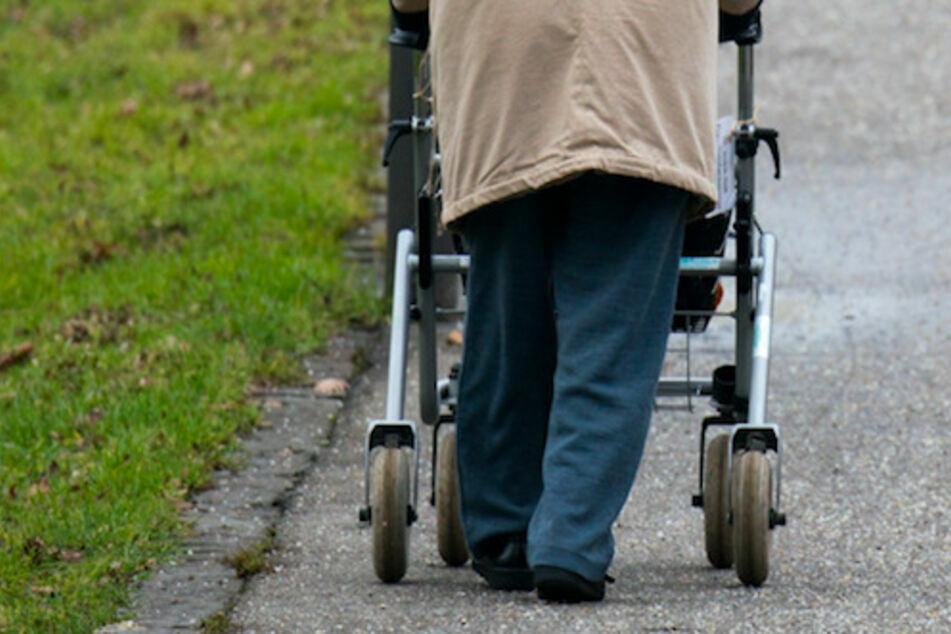 Bahnschranke trifft Rentner am Kopf: Frauen zeigen Zivilcourage