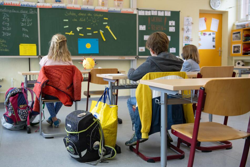 Die Grundschulen in drei Sächsischen Regionen müssen weiterhin im Wechselunterricht bleiben. (Symbolbild)