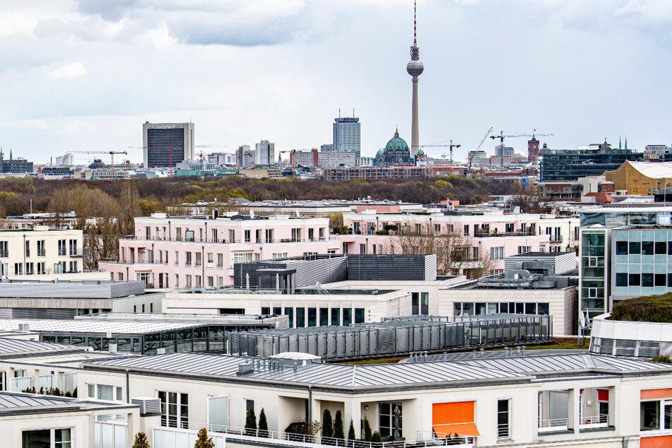 Wohnungen vor dem Berliner Fernsehturm. Der vor mehr als einem Jahr in Kraft getretene Berliner Mietendeckel verstößt gegen das Grundgesetz und wurde gekippt.