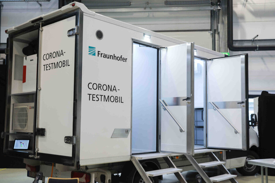Das Corona-Testmobil der Fraunhofer-Gesellschaft. Die Nachweiszeit soll dank neuer Analysegeräte von von vier Stunden auf 40 Minuten verkürzt werden.