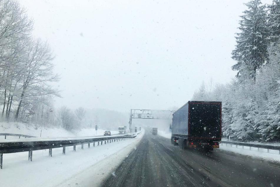 Der starke Schneefall verwandelte die Fahrbahn der A72 in Richtung Zwickau in eine spiegelglatte Oberfläche.