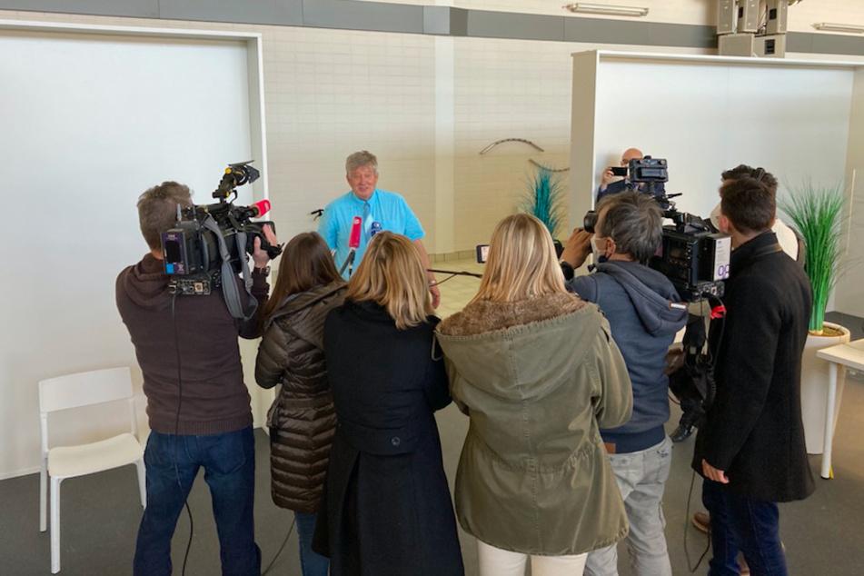 Roland Schmid (71), praktizierender Kinder- und Jugendmediziner, beantwortet die Fragen der Presse nachdem er die zweite Corona-Impfung, sowie die Impfkarte mit QR-Code erhalten hat.