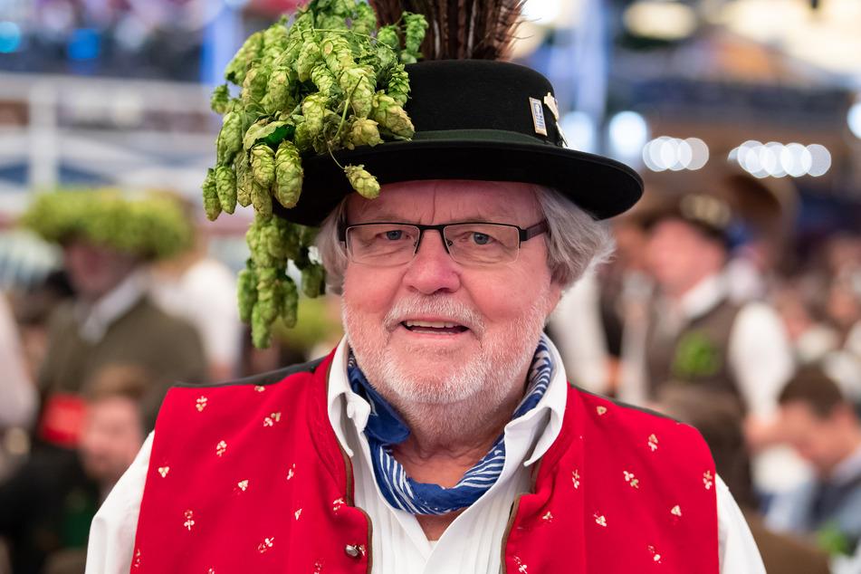 Günter Werner steht auf dem Oktoberfest im Schottenhamel Festzelt an seinem Stammtisch.
