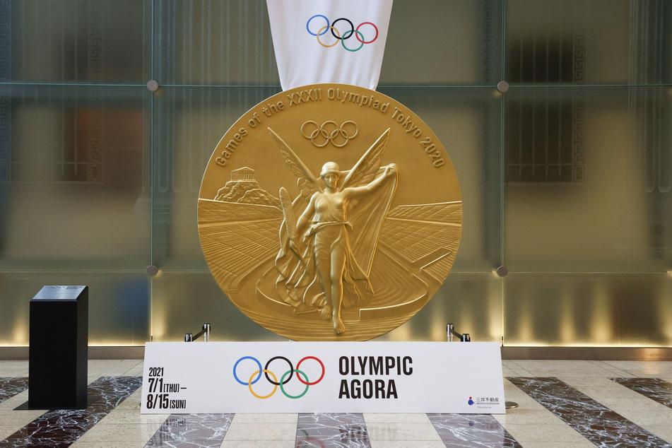 In Tokio steht auch eine großformatige Reproduktion der Medaille, diese Riesenvariante besteht natürlich nicht aus echtem Gold.