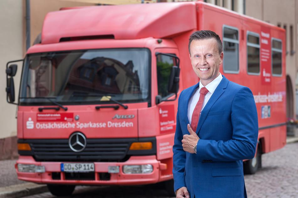 2017 noch im Probelauf in Waldenburg (F.), ab 2021 im Regeleinsatz: Sparkassenchef Michael Kreuzkampf (51) freut sich auf den Sparkassenbus.