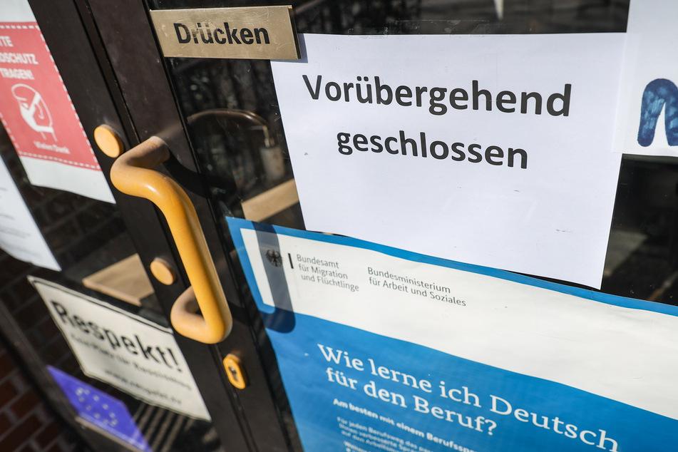 Ein Zettel an der Eingangstür informiert über die vorübergehende Schließung der Sprachschule im schleswig-holsteinischen Mölln.
