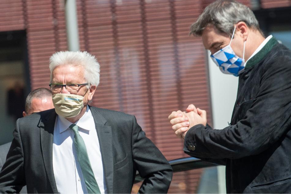 Winfried Kretschmann (Bündnis 90/Die Grünen, l), Ministerpräsident von Baden-Württemberg, und Markus Söder (CSU), Ministerpräsident von Bayern, begrüßen sich vor dem Rathaus.