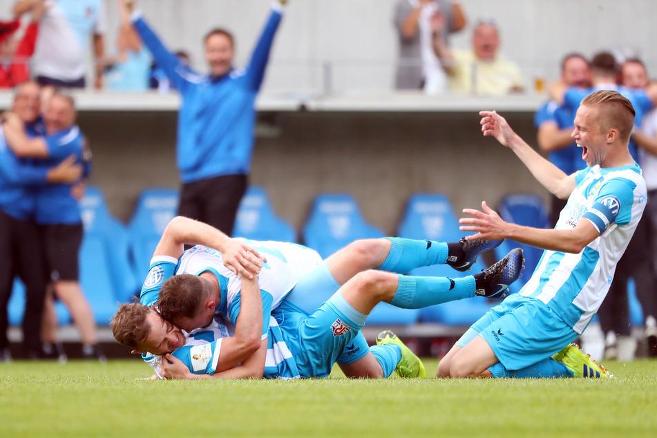 Nach dem 2:0 stürzten sich die CFC-Kollegen auf dem Siegtorschützen Tobias Müller.