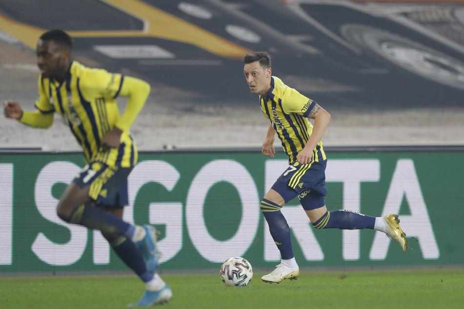 Mesut Özil (32, r.) dribbelt im Istanbuler-Stadtderby. Auch in der Süper Lig konnte er an den Glanz vergangener Tage noch nicht anknüpfen.